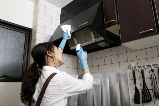 換気扇を掃除する主婦