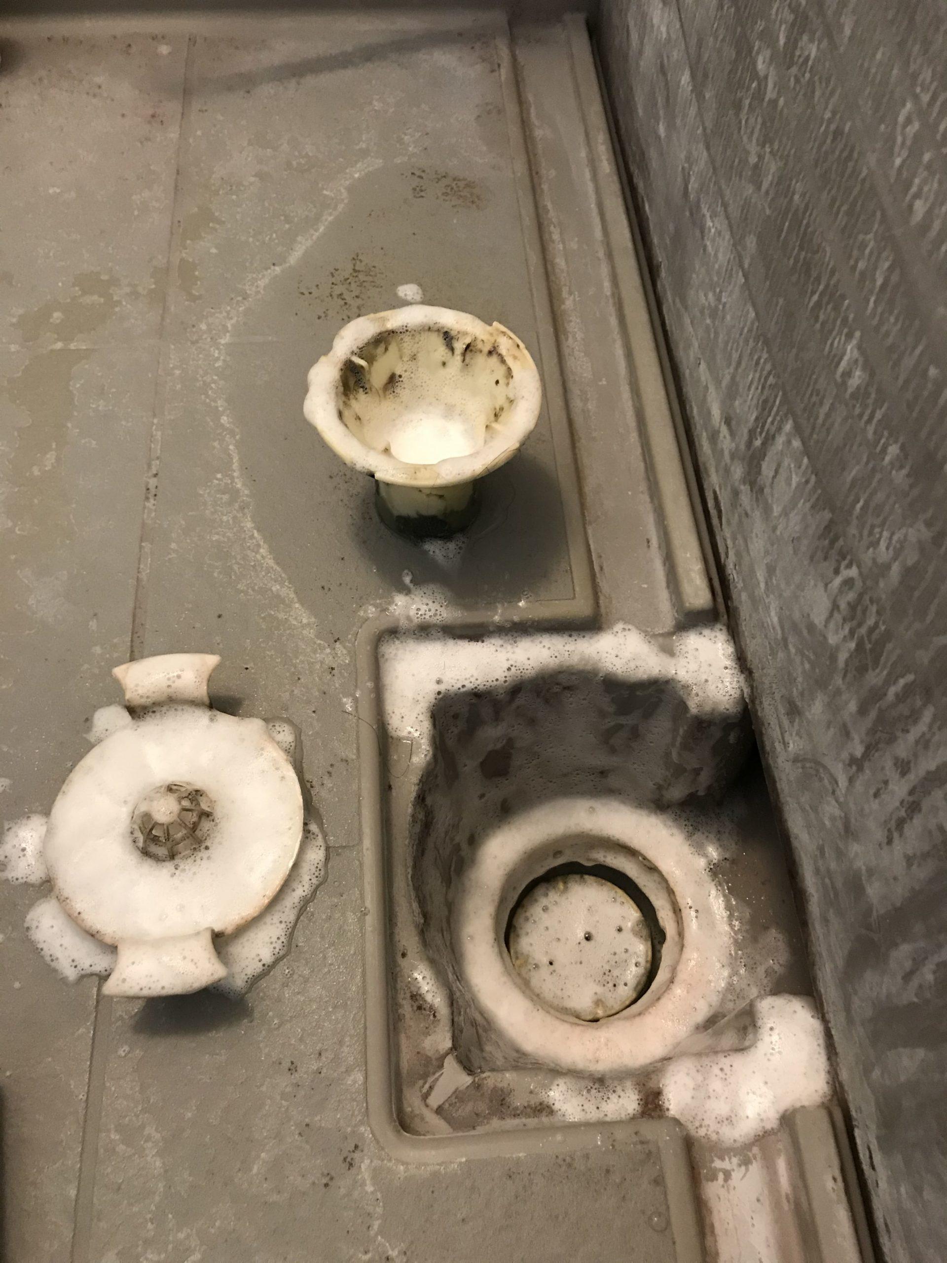 浴室の排水口の洗浄中
