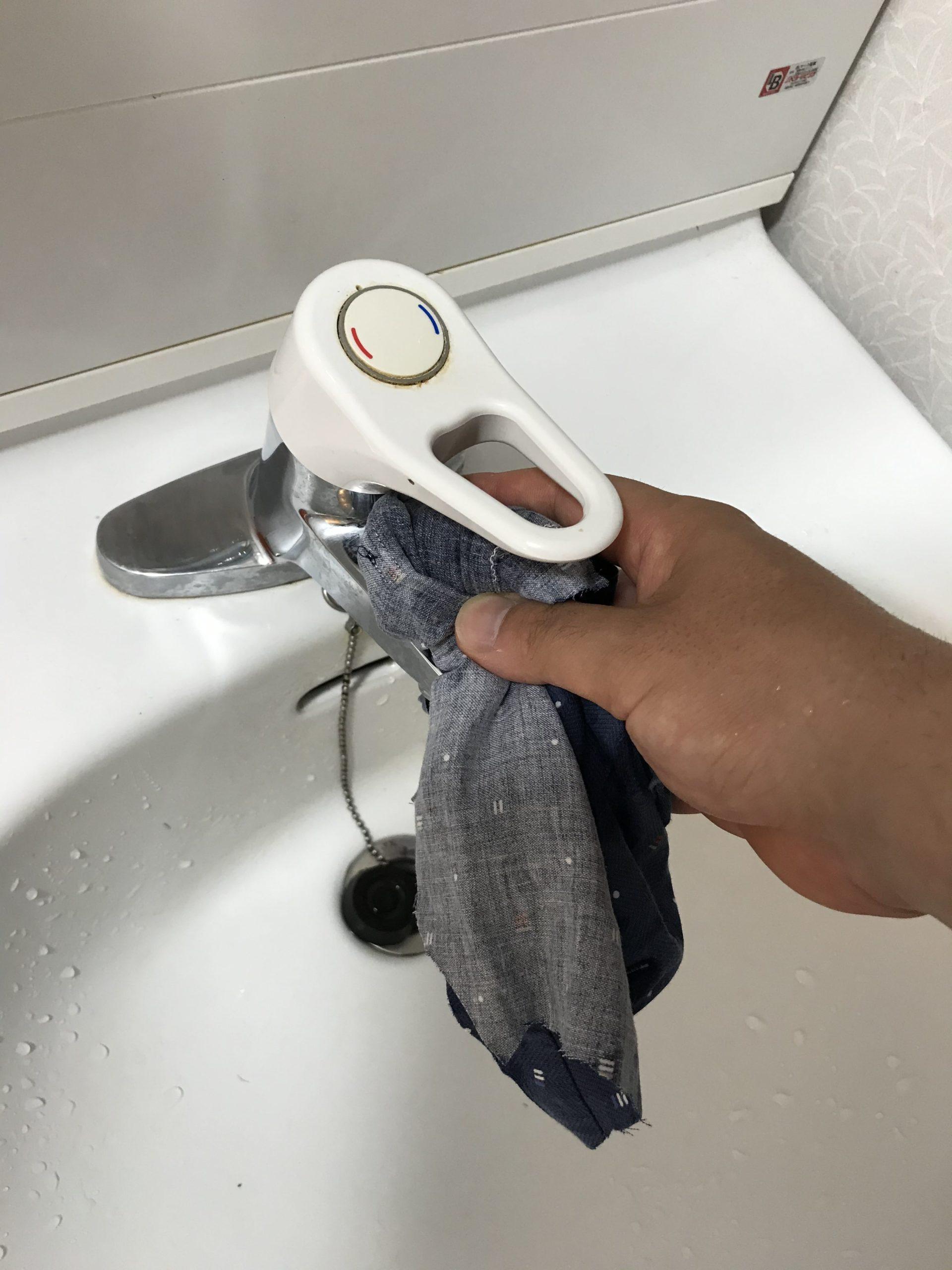 洗面の蛇口を拭く